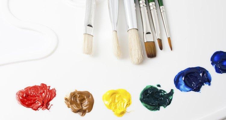 La pintura para tela dimensional viene en tubos.