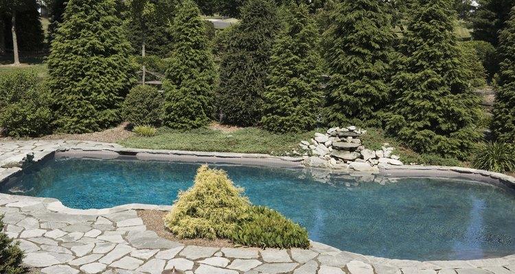 Em uma piscina, a maneira mais comum de aumentar o nível de pH é adicionando soda cáustica