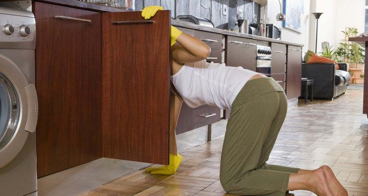 Seja persistente — talvez seja preciso usar vários produtos antes de conseguir remover o adesivo da madeira