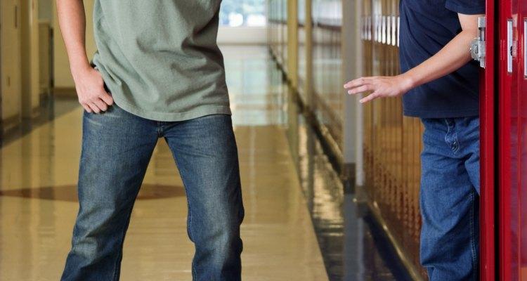 Un adolescente puede comportarse como un matón por diversas razones.