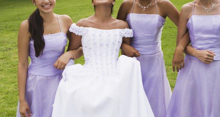Los vestidos de las damas siempre son del mismo color.