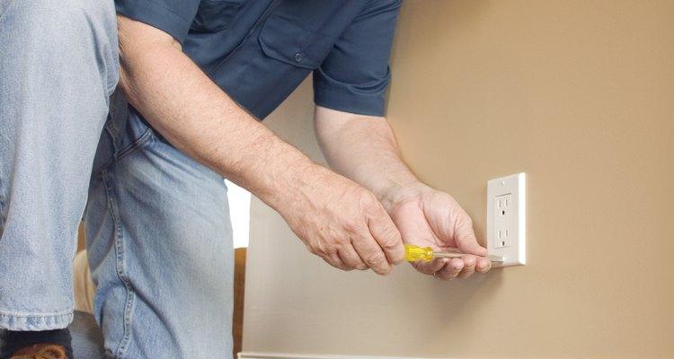 Los electricistas arreglan los sistemas eléctricos que no funcionan.