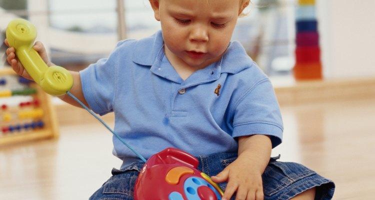 Um bebê reforça muitos músculos principais enquanto sentado