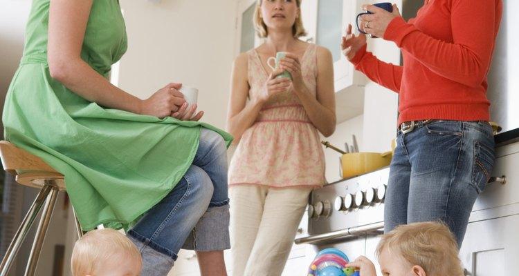Jugar con tazas medidoras apiladas de hecho puede ayudar al desarrollo del niño.