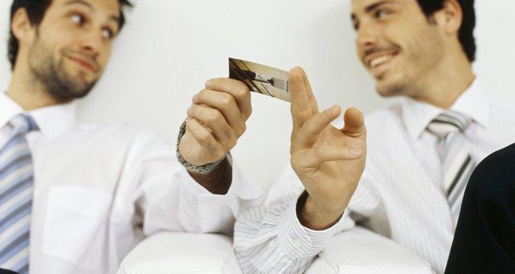 Os cartões de visita completos com a sua foto ajudam as pessoas a lembrarem de você