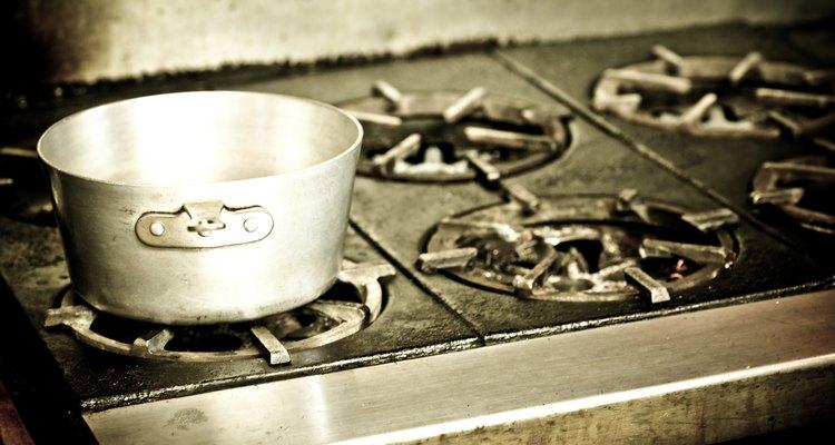 Limpiar una estufa es un proceso simple: fregar, limpiar y repetir.