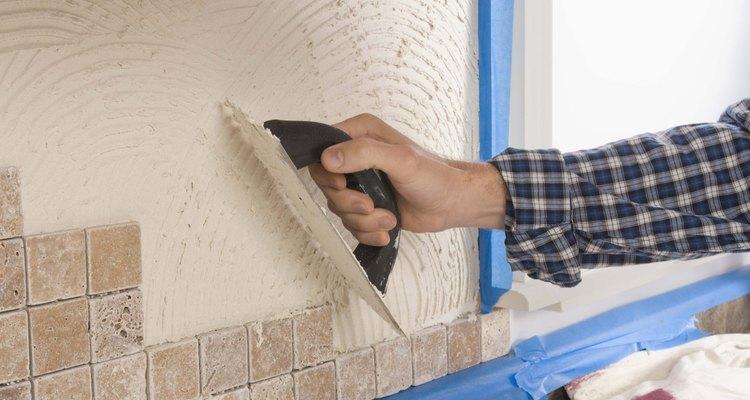 Los azulejos de piedra brillante o pulida tienen una textura natural que otorga a la pared de tu cocina una apariencia rústica.