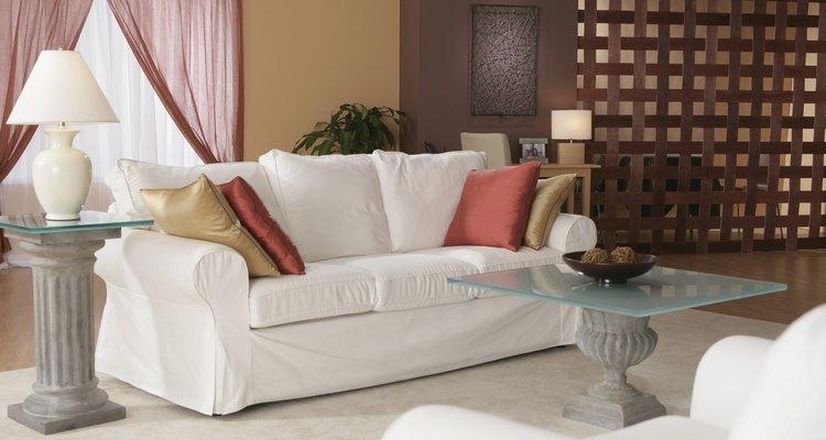 Agrega almohadones al sofá.