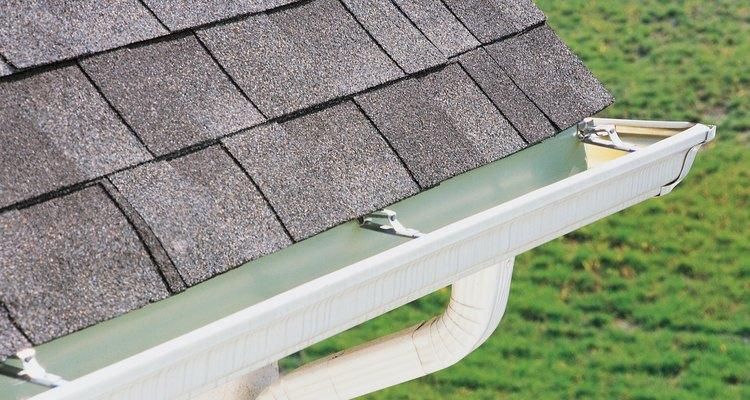 Un flujo adecuado de agua indica que las canaletas deben ser instaladas con algo de inclinación.