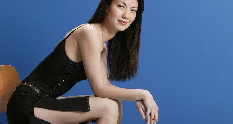 Agrega una sexy abertura lateral a tu vestido corto negro.