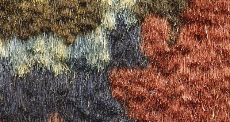 Os tapetes decorativos feitos de lã dão cor e textura a uma sala
