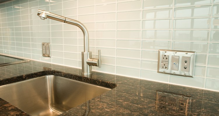 Aunque no hay una altura impuesta en la que un enchufe debe estar colocado en la cocina, hay limitaciones en cuanto a la altura máxima de su colocación.