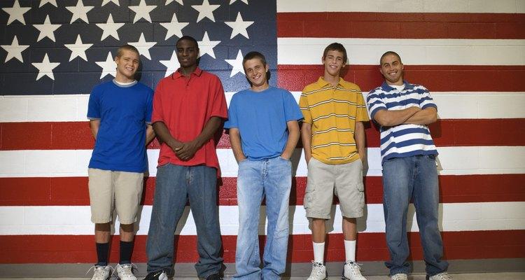 Los adolescentes pueden mostrar su patriotismo exhibiendo la bandera del país.