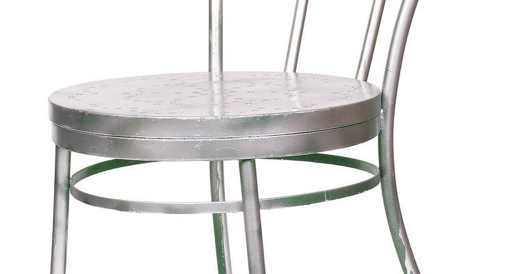 O alumínio é um metal durável e leve, conveniente no uso de móveis exteriores