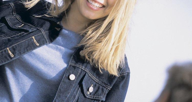 Use uma jaqueta escura de denim escuro slim fit e uma camiseta para um autêntico visual dos anos 90