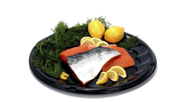 Prepara el salmón fresco simplemente.