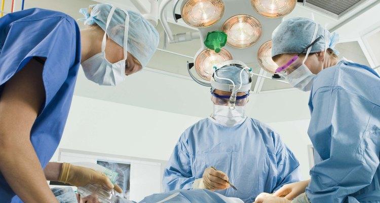 Como em todos os procedimentos cirúrgicos, a reparação de hérnia com tela pode resultar em complicações