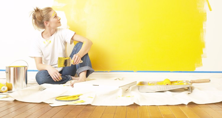 Cubre las áreas circundantes con una tela protectora o se formarán manchas.