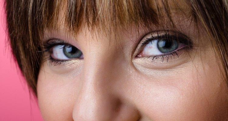 Retira el maquillaje de los ojos antes de irte a la cama por la noche.