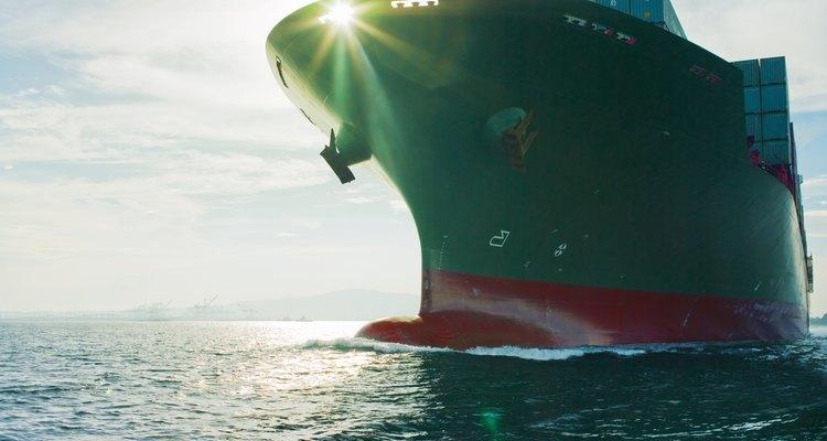 Los buques transportan carga por todo el mundo.