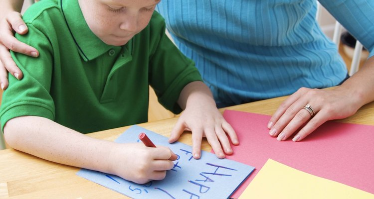 Actividades divertidas para escribir mantienen el interés del niño.