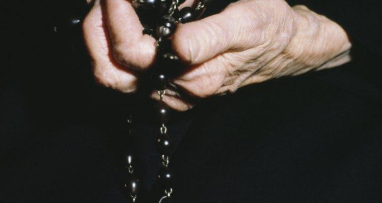 Os católicos rezam o rosário de forma ligeiramente diferente durante uma vigília