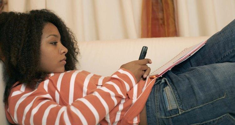 Las muchachas adolescente pueden ser presionadas por muchachos para experimentar con drogas, tomar o actividades sexuales.
