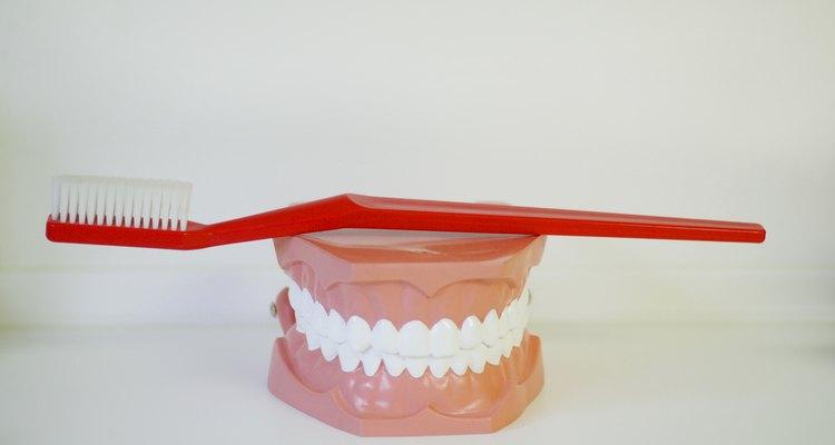 O produto certo pode fazer com que seu dente de porcelana brilhe