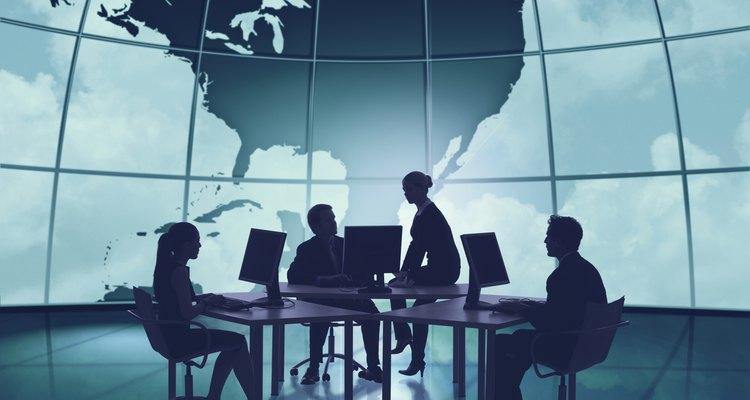 Comunicación entre compañeros de trabajo en una oficina globalizada.