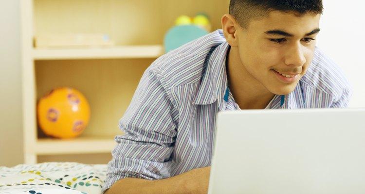 Adolescente comprando en línea.