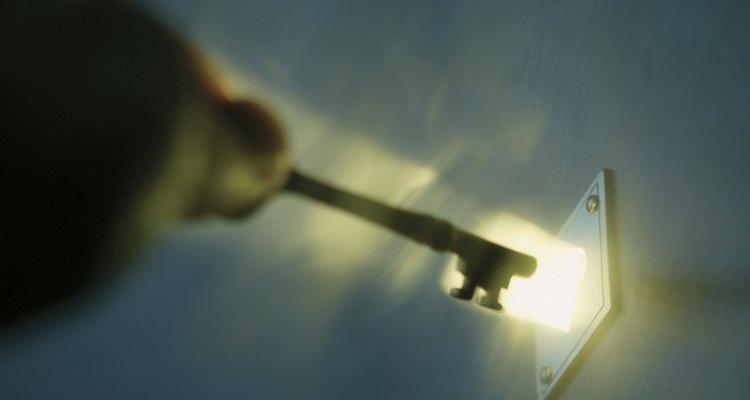 Aprenda a desinstalar uma fechadura em uma porta de aço
