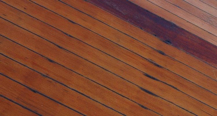 Aprenda a remover manchas de óleo da madeira