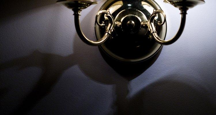 Cambia la apariencia de una lámpara de latón con una capa de pintura en aerosol color cromo.