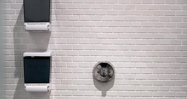 Conexões do encanamento do chuveiro com vazamentos podem causar danos à parede onde ele está instalado