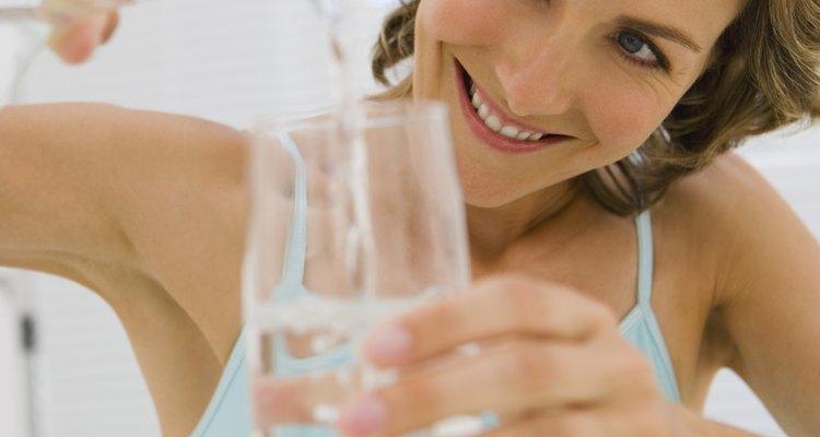 Beber água ajuda a lubrificar a garganta e diminuir a tosse
