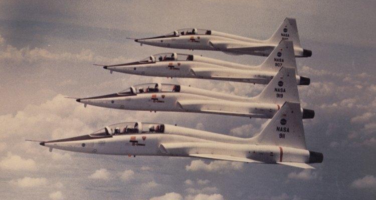La fuerza aérea emplea mucha gente para mantener los aviones en el aire.