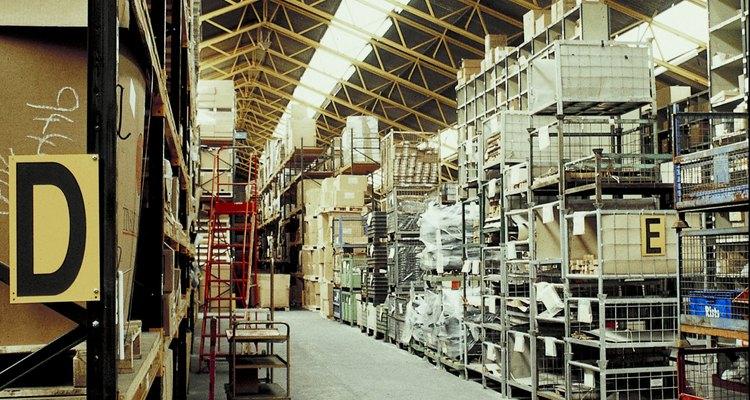 Alguns estoques possuem sistemas automatizados de estocagem e busca