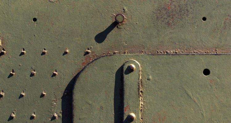 Las láminas de metal se cortan mejor con máquinas que usan la fuerza de corte.