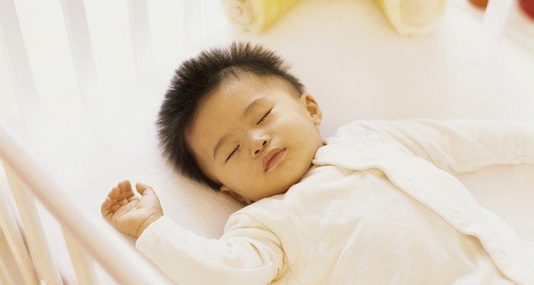 Bebé durmiendo en su cuna.