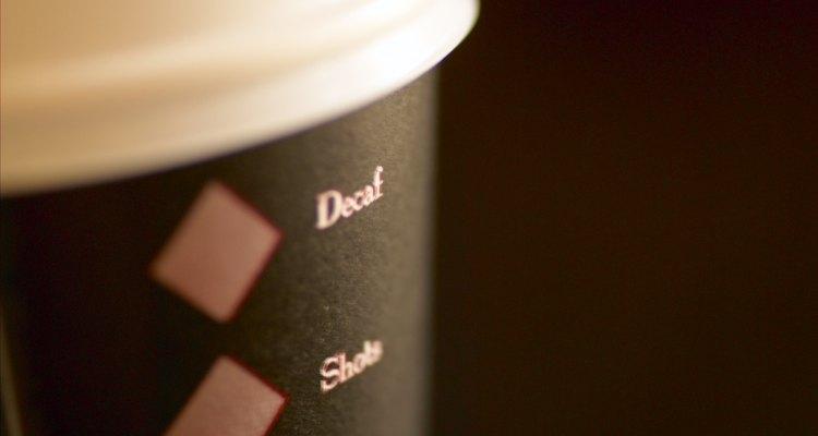 Las personas con problemas de salud exacerbados por la cafeína a veces beben café descafeinado.