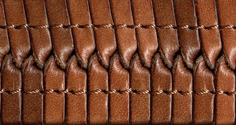 Normalmente, não é possível usar pontos pequenos ao costurar couro