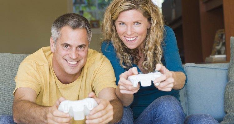 En lugar de pasar la noche en un bar, un hombre mayor puede ser más feliz quedandose en casa contigo y disfrutando de un tiempo para relajarse.