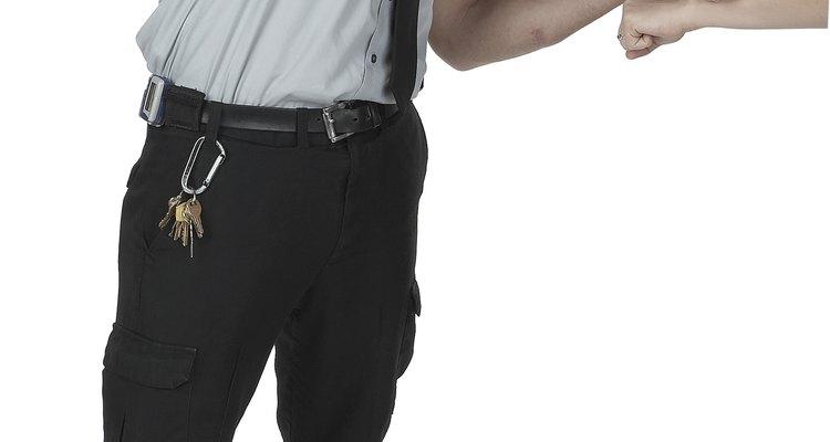 Un oficial de policía puede ser el que lo obligue.