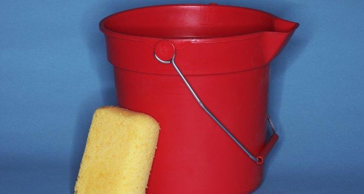 Deixar a fronha de molho no vinagre ajuda a retirar as proteínas que causam as manchas