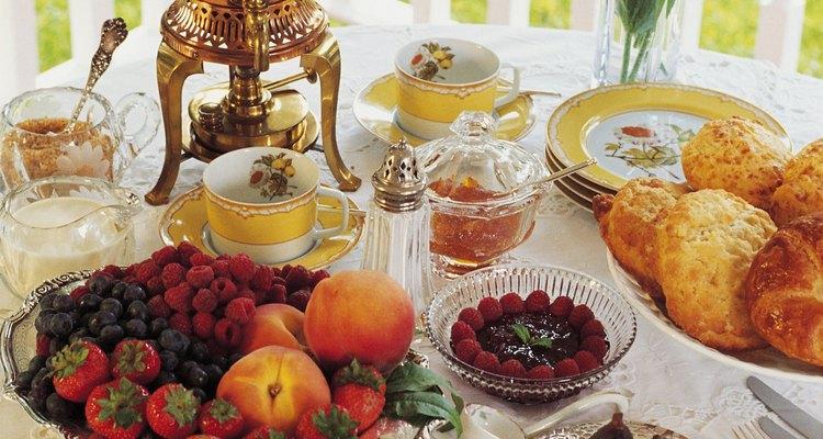 Decora tu mesa de desayuno continental con flores o centros de mesa.