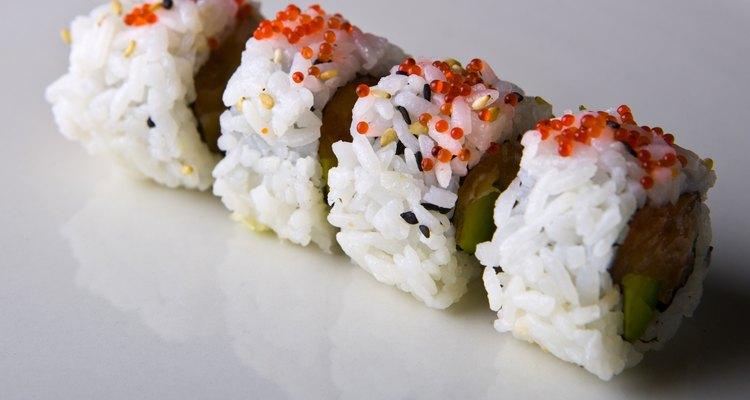 El sushi rociado con tobiko es un platillo japonés muy conocido.