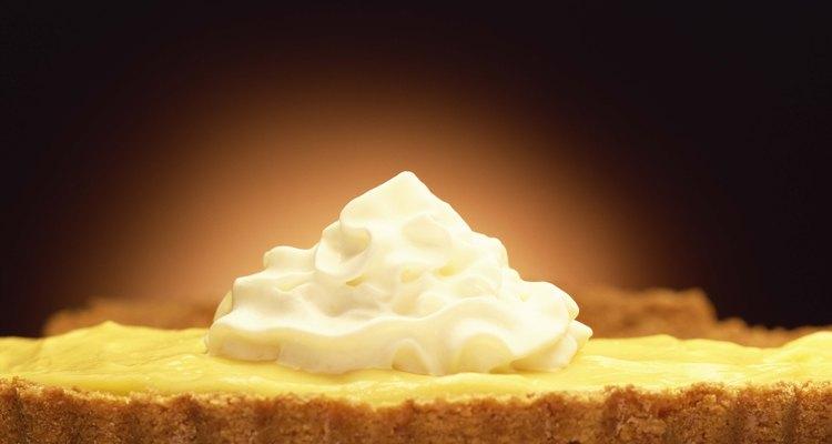 Puedes mezclar jugo de limón con crema para los postres con sabor a limón.