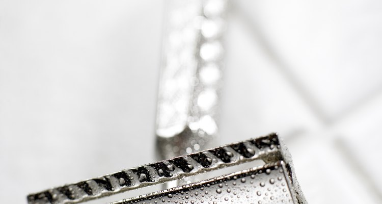 Las alergias provocadas por las navajas de afeitar suelen deberse a una reacción al níquel que recubre la superficie con filo.