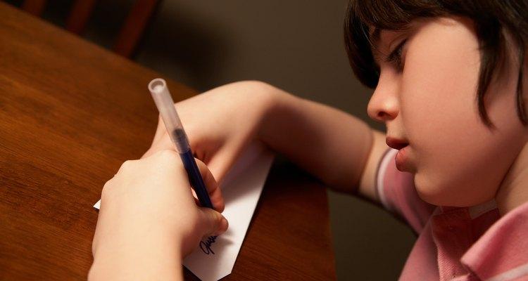 La correcta postura y el papel adecuado pueden ayudar a la escritura de tu hijo.