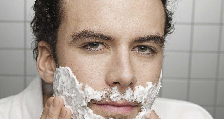 Antes de se barbear aplique creme de barbear em todo o seu rosto